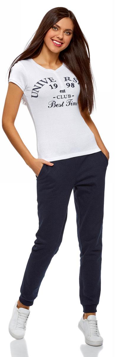 Брюки спортивные женские oodji Ultra, цвет: темно-синий. 16700030-15B/47906/7900N. Размер XXS (40)16700030-15B/47906/7900NСпортивные брюки с широкими манжетами из хлопкового трикотажа. Брюки на широком эластичном поясе с завязками идеально сидят на талии и комфортны при ношении. В таких брюках ваши движения не стеснены. Хлопковая ткань обладает прекрасными характеристиками: дышит, гипоаллергенна, в меру тянется, подходит для разных погодных условий. Манжеты плотно облегают щиколотки, не дают брюкам задираться и защищают от ветра. Брюки хорошо смотрятся на фигурах разного типа. Стильные трикотажные брюки идеально подходят для создания спортивных образов. В этих брюках можно заниматься спортом, прогуливаться с домашним питомцем по парку. В них можно отправиться за город на пикник или активный отдых. Брюки прекрасно сочетаются с вещами спортивного стиля: толстовками, свитшотами, футболками. Из обуви лучше выбрать кроссовки или кеды. Удобные брюки для активных натур!