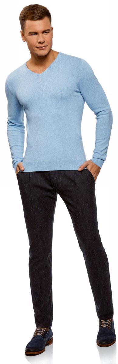 Брюки мужские oodji Lab, цвет: темно-синий, темно-серый. 2L150123M/47390N/7925O. Размер 44-182 (52-182)2L150123M/47390N/7925OМужские брюки от oodji со стрелками выполнены из высококачественного материала с добавлением вискозы. Модель облегающего кроя в поясе застегивается на пуговицу и имеет ширинку на молнии, име.тся шлевки для ремня. По бокам брюки имеют втачные карманы, сзади – карманы обманки.