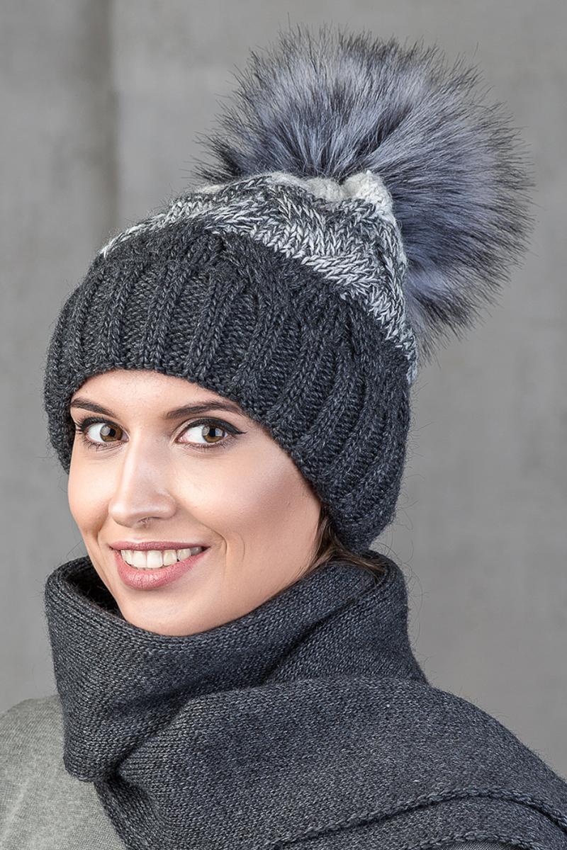 Шапка женская Nuages, цвет: антрацитовый. NH-748/07. Размер универсальныйNH-748/07Женская вязаная шапка от Nuages с отворотом. Крупная двухцветная вязка. Теплый флисовый подклад по всей шапке. Помпон из искусственного меха. Такая шапка согреет вас в холодное время года и станет отличным дополнением к любому вашему образу.