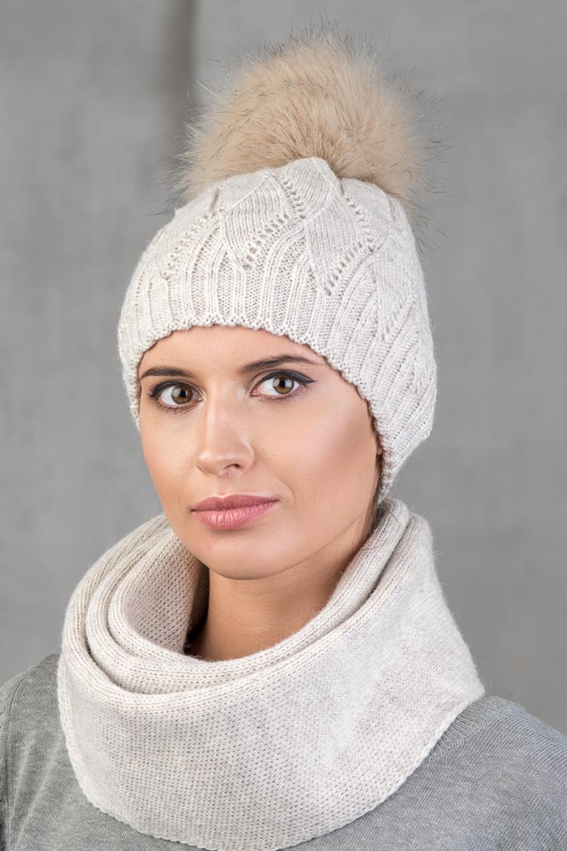 Шапка женская Nuages, цвет: светло-бежевый. NH-747/165. Размер универсальныйNH-747/165Теплая зимняя женская вязаная шапка от Nuages двойной вывязки выполнена из хлопково-акриловой пряжи. Помпон из искусственного меха. Такая шапка согреет вас в холодное время года и станет отличным дополнением к любому вашему образу.