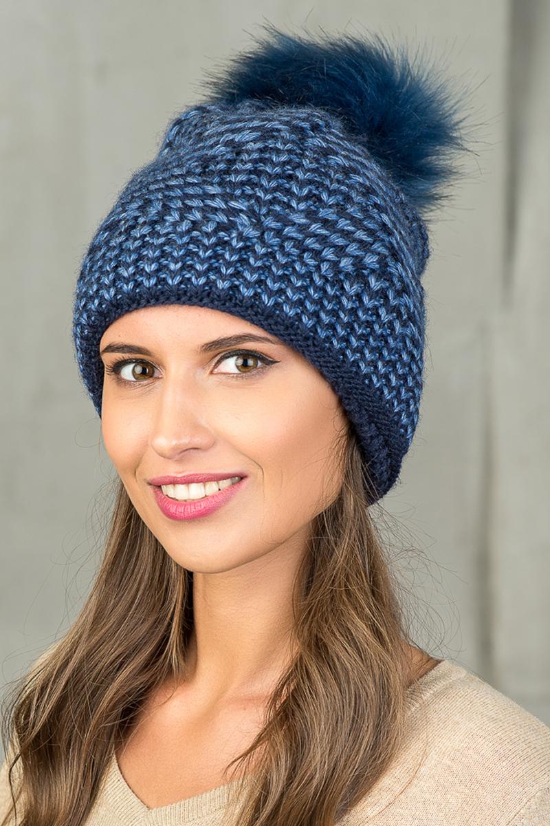 Шапка женская Nuages, цвет: темно-синий. NH-744/188. Размер универсальныйNH-744/188Женская вязаная шапка от Nuages. Крупная двухцветная вязка. Теплый флисовый подклад по всей шапке. Помпон из искусственного меха. Такая шапка согреет вас в холодное время года и станет отличным дополнением к любому вашему образу.
