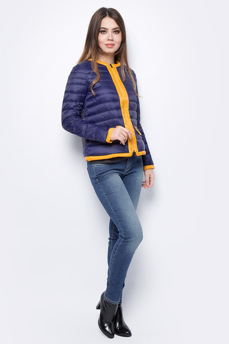 Куртка женская United Colors of Benetton, цвет: синий, желтый. 2BA2533P4_901. Размер 42 (44)2BA2533P4_901Куртка женская United Colors of Benetton выполнена из полиамида. Модель с круглым вырезом горловины и длинными рукавами застегивается на застежку-молнию.