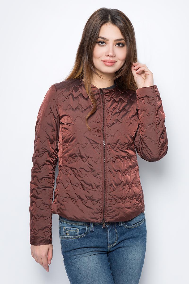 Куртка женская United Colors of Benetton, цвет: коричневый. 2DA5533L5_9H5. Размер 42 (44)2DA5533L5_9H5Куртка женская United Colors of Benetton выполнена из нейлона. Модель с круглым вырезом горловины и длинными рукавами застегивается на застежку-молнию.