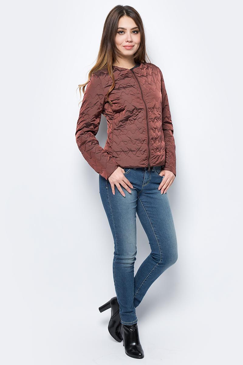 Куртка женская United Colors of Benetton, цвет: коричневый. 2DA5533L5_9H5. Размер 44 (46)2DA5533L5_9H5Куртка женская United Colors of Benetton выполнена из нейлона. Модель с круглым вырезом горловины и длинными рукавами застегивается на застежку-молнию.