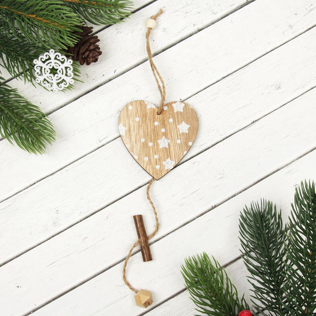 Подвеска новогодняя Сердце в звездах, 7 х 7,5 см2303240Новогодняя подвеска Сердце в звездах выполнена из дерева в виде сердца. Подвеску можно повесить на елку благодаря специальному текстильному шнурку.Невозможно представить нашу жизнь без праздников! Мы всегда ждем их и предвкушаем, обдумываем, как проведем памятный день, тщательно выбираем подарки и аксессуары, ведь именно они создают и поддерживают торжественный настрой. Это отличный выбор, который привнесет атмосферу праздника в ваш дом!