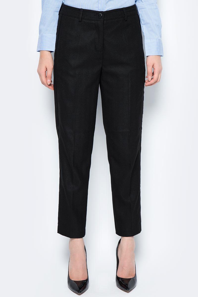 Брюки женские United Colors of Benetton, цвет: черный. 4UR7556A5_700. Размер 484UR7556A5_700Стильные женские брюки United Colors of Benetton созданы специально для того, чтобы подчеркивать достоинства вашей фигуры. Брюки застегиваются на комбинированную застежку. Эти модные и в тоже время комфортные брюки послужат отличным дополнением к вашему гардеробу.