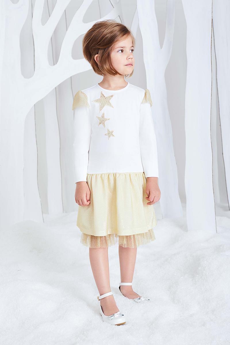 Платье для девочки Смена, цвет: молочный, золотистый. 16с161. Размер 92/9816с161Трикотажное платье из смесовой вискозы на подкладке из хлопка, с круглым вырезом и длинными рукавами. Юбка выполнена из золотистого металлизированного трикотажа, подъюбник декорирован оборками из металлизированной сетки по низу. Рукава дополнены декоративными крылышками из сетки. Платье украшено аппликацией звезды из пайеток. Застёгивается на потайную молнию на спинке.