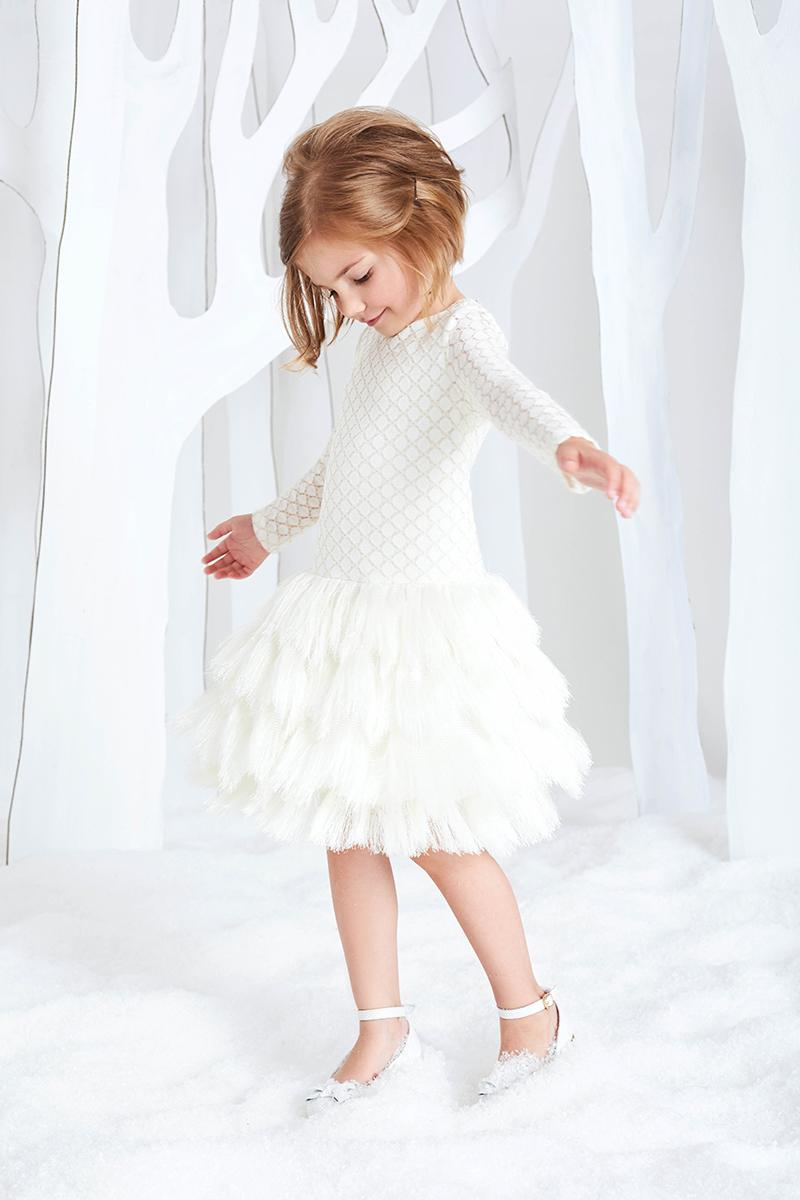 Платье для девочки Смена, цвет: молочный. 16С218. Размер 116/12216С218Платье для торжественных случаев прилегающего силуэта из молочного гипюра на подкладке из хлопка, с круглым вырезом, длинными рукавами и заниженной линией талии. Верхняя часть платья выполнена из эластичного гипюра с люрексовой нитью, юбка выполнена из полотна с фантазийной бахромой зигзагами. Застегивается на потайную молнию на спинке.