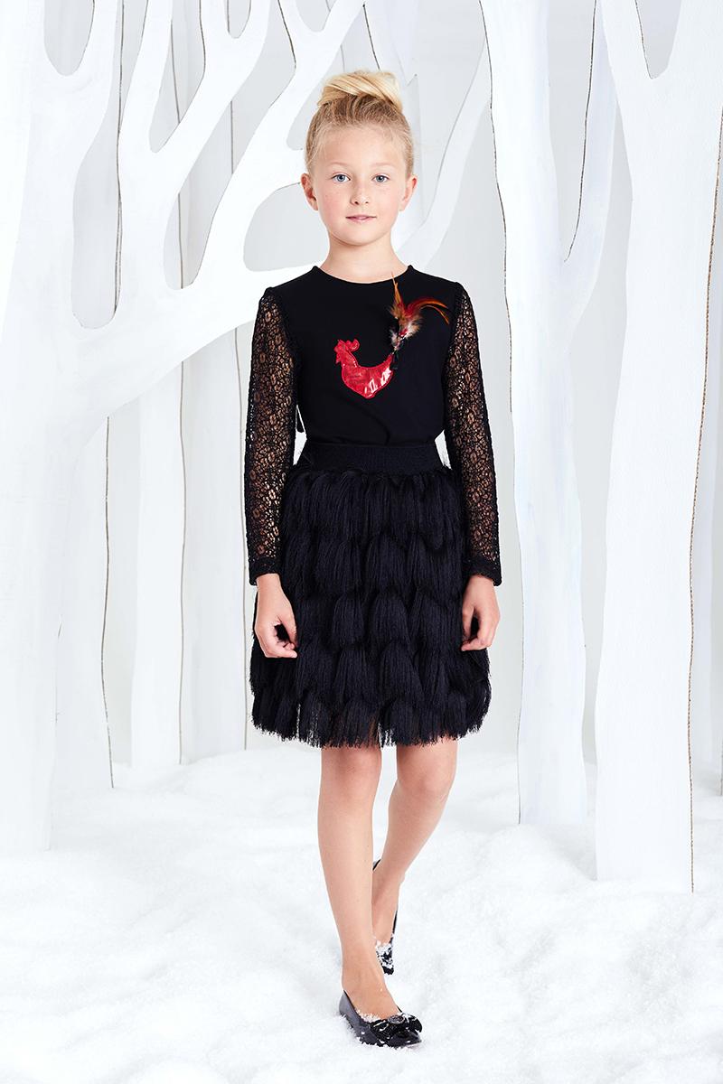 Джемпер для девочки Смена, цвет: черный. 16с227. Размер 134/14016с227Трикотажная блуза прилегающего силуэта из смесовой вискозы, с круглым вырезом и длинными рукавами. Рукава выполнены из эластичного гипюра. Блуза декорирована аппликацией огненный петух с натуральными перьями. Застегивается на потайную молнию на спинке.