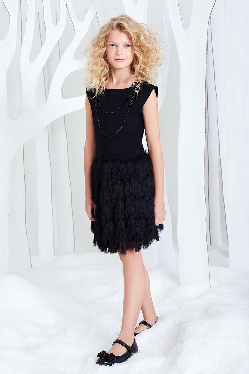 Блузка для девочки Смена, цвет: черный. 16с228. Размер 146/15216с228Трикотажная блуза для торжественных случаев из смесовой вискозы, с круглым вырезом и короткими рукавами. Декорирована бижутерийной цепью и съемной брошью бантом.
