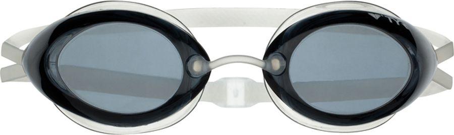 Очки для плавания Tyr Tracer Racing, цвет: дымчатый. LGTRLGTRСтартовые очки для плавания TYR Tracer Racing подходят для профессионалов и любителей. Преимущество этик очков заключается в разделенных линзах, которые обеспечивают расширенный фронтальный обзор. Уплотнитель из специального мягкого силикона обеспечивает комфорт, герметичность, а низкопрофильные линзы способствуют лучшей гидродинамике. В комплект входят четыре сменных носовых дужек для идеальной подгонки очков. Двойной резиновый ремешок дает возможность максимально удобно настроить очки. Линзы защищают глаза от воздействия ультрафиолетовых лучей и обработаны раствором антифог.