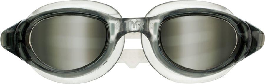 Очки для плавания Tyr Technoflex 4.0, цвет: дымчатый. LGX4LGX4Очки TYR Technoflex 4.0 подходят для тренировок и отдыха. Благодаря мягкой - герметичной силиконовой прокладке очки обеспечивают безопасную и удобную посадку, независимо от того сколько времени вы находитесь в воде. Усиленные поликарбонатные линзы обработаны раствором антифог и обеспечивают прекрасный вид под водой, защищают глаза от воздействия ультрафиолетовых лучей. Двойной силиконовый ремешок дает возможность максимально удобно настроить очки. Литая переносица автоматически подстроится под индивидуальные параметры лица.
