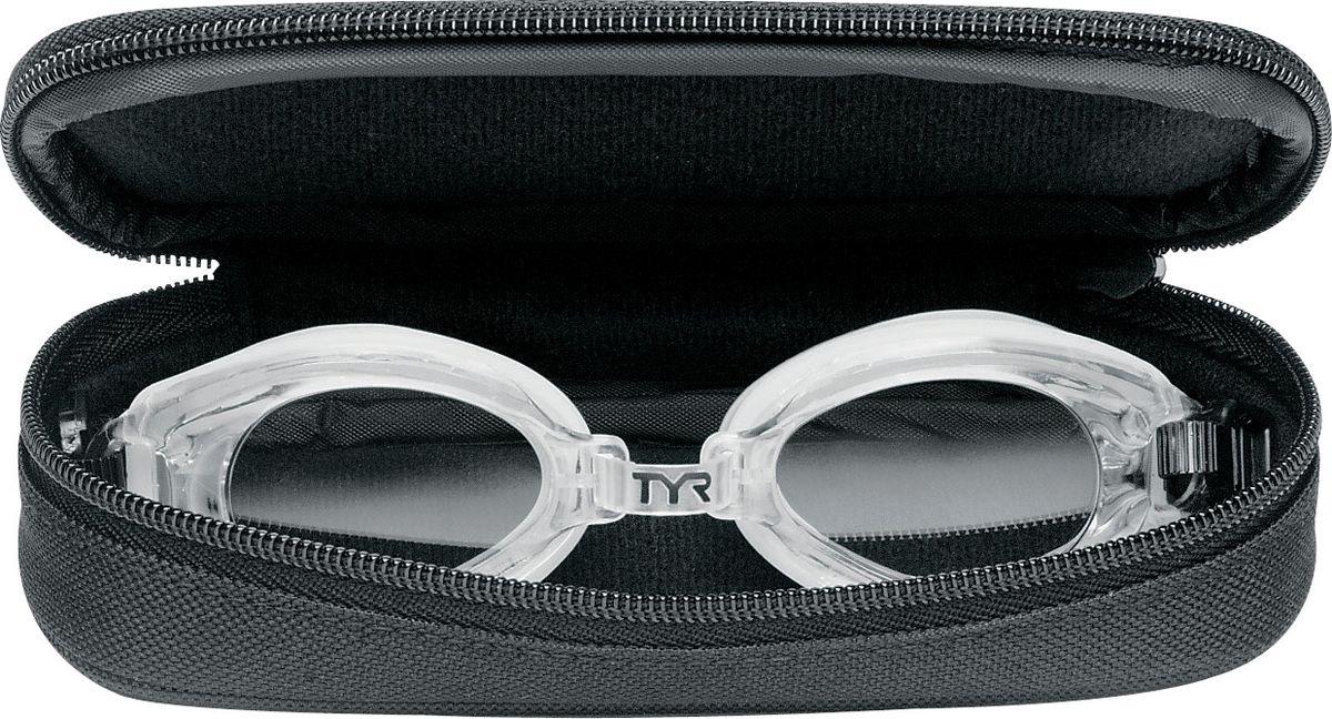 Чехол защитный для очков Tyr Goggle Case, цвет: черный. LGCASELGCASEКомпактный чехол для очков на молнии. Чехол сделан из мягких и дышащих материалов для быстрой сушки очков и предотвращает повреждение линз при соприкосновении с другими вещами.