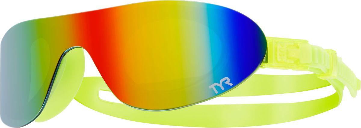Очки для плавания Tyr Swim Shades Mirrored, цвет: радужный, светло-желтый. LGSHDMLGSHDMНовые стильные плавательные очки TYR Swim Shades Mirrored.Внешняя линза сделана монолитом, напоминающая горнолыжную маску или спортивные солнцезащитные очки. Широкий угол обзора для оптимального видения в воде. Силиконовые уплотнители сделаны по форме глаз и хорошо присасываются, что позволяет очкам плотно прилегать к лицу. Двойной ремень из жесткой резины не дает возможности соскользнуть с головы, а регулирующие клипсы при легком надавливании позволяют подогнать нужный вам размер резинки, чтобы очки не слишком сильно давили на глаза. Очки обработаны антифогом, зеркальные линзы защищают от солнечных лучей.