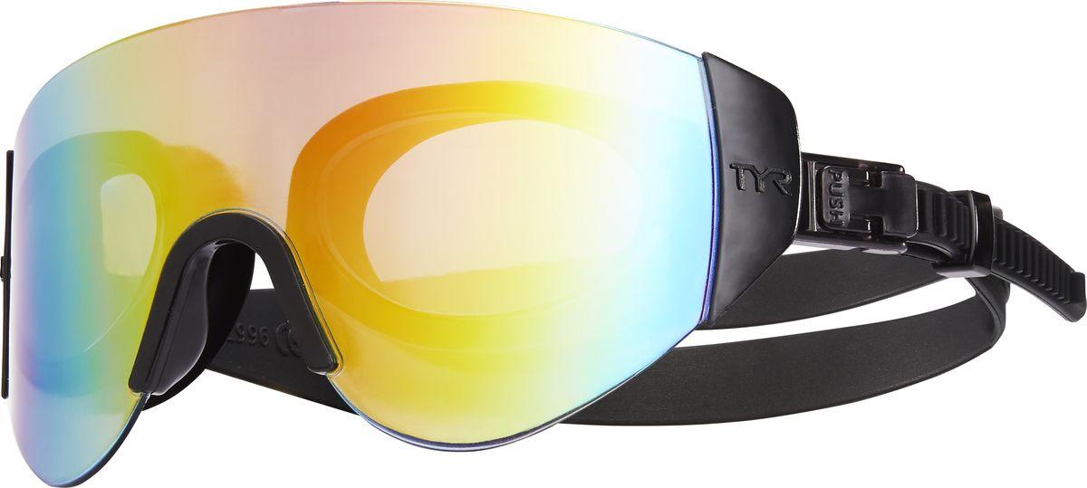 Очки для плавания Tyr Renegade Swimshades Mirrored, цвет: золотой, черный, черный. LGRNGDLGRNGDОчки TYR Swim Shades оказались настолько популярные, что компания TYR решила не стоять на месте и выпустила новую модель Renegade Swim Shades Mirrored с еще более широкой линзой. Внешняя линза сделана монолитом, напоминающая горнолыжную маску или спортивные солнцезащитные очки. Широкий угол обзора для оптимального видения в воде. Силиконовые уплотнители сделаны по форме глаз и хорошо присасываются, что позволяет очкам плотно прилегать к лицу. Двойной ремень из жесткой резины не дает возможности соскользнуть с головы, а регулирующие клипсы при легком надавливании позволяют подогнать нужный вам размер резинки, чтобы очки не слишком сильно давили на глаза. Очки обработаны антифогом, зеркальные линзы защищают от солнечных лучей.
