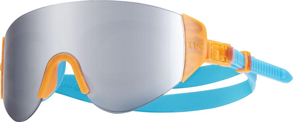 Очки для плавания Tyr Renegade Swimshades Mirrored, цвет: серебристый, ораньжевый, голубой. LGRNGDLGRNGDОчки TYR Swim Shades оказались настолько популярные, что компания TYR решила не стоять на месте и выпустила новую модель Renegade Swim Shades Mirrored с еще более широкой линзой. Внешняя линза сделана монолитом, напоминающая горнолыжную маску или спортивные солнцезащитные очки. Широкий угол обзора для оптимального видения в воде. Силиконовые уплотнители сделаны по форме глаз и хорошо присасываются, что позволяет очкам плотно прилегать к лицу. Двойной ремень из жесткой резины не дает возможности соскользнуть с головы, а регулирующие клипсы при легком надавливании позволяют подогнать нужный вам размер резинки, чтобы очки не слишком сильно давили на глаза. Очки обработаны антифогом, зеркальные линзы защищают от солнечных лучей.