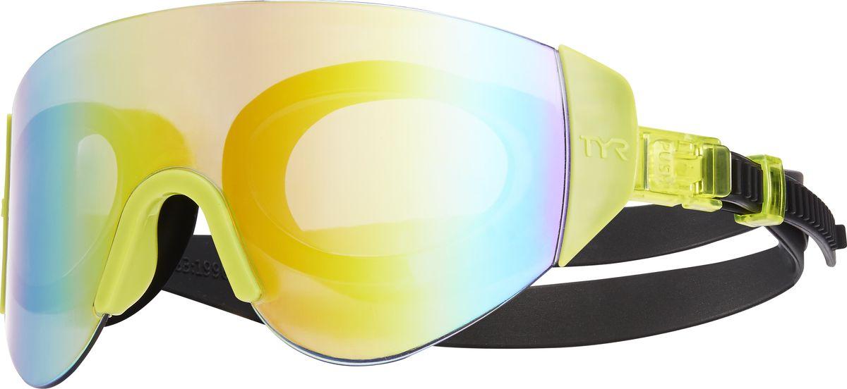 Очки для плавания TYR Renegade Swimshades Mirrored, цвет: радужный, ярко-желтый, черный. LGRNGDLGRNGDОчки TYR Swim Shades оказались настолько популярные, что компания TYR решила не стоять на месте и выпустила новую модель Renegade Swimshades Mirrored с еще более широкой линзой. Внешняя линза сделана монолитом, напоминающая горнолыжную маску или спортивные солнцезащитные очки. Широкий угол обзора для оптимального видения в воде. Силиконовые уплотнители сделаны по форме глаз и хорошо присасываются, что позволяет очкам плотно прилегать к лицу. Двойной ремень из жесткой резины не дает возможности соскользнуть с головы, а регулирующие клипсы при легком надавливании позволяют подогнать нужный вам размер резинки, чтобы очки не слишком сильно давили на глаза. Очки обработаны антифогом, зеркальные линзы защищают от солнечных лучей.