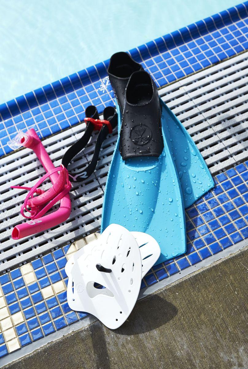 Ласты Tyr Flexfins, цвет: мультиколор. Размер XXS. LFNLFNЛасты TYR являются незаменимым аксессуаром для тренировки. Ласты изготовлены из высококачественной резины, которая не натирает кожу и прекрасно растягивается. Специальный узор на поверхности подошвы позволяет получить надежное сцепление с поверхностью бассейна. Ласты предназначены для создания большей опоры о воду и создания более мощной движущей силы. Ласты такого типа позволяют новичкам более эффективно освоить технику работы ног в спортивном плавании, также они подойдут любителям подводного плавания для увеличения скорости продвижения под водой. Каждый размер соответствует своему цвету.