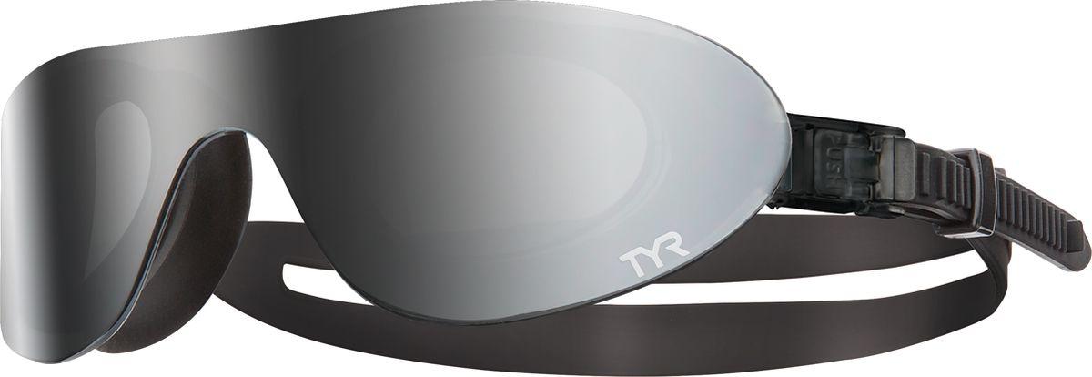 Очки для плавания Tyr Swim Shades Mirrored, цвет: светло-серый. LGSHDMLGSHDMНовые стильные плавательные очки TYR Swim Shades Mirrored.Внешняя линза сделана монолитом, напоминающая горнолыжную маску или спортивные солнцезащитные очки. Широкий угол обзора для оптимального видения в воде. Силиконовые уплотнители сделаны по форме глаз и хорошо присасываются, что позволяет очкам плотно прилегать к лицу. Двойной ремень из жесткой резины не дает возможности соскользнуть с головы, а регулирующие клипсы при легком надавливании позволяют подогнать нужный вам размер резинки, чтобы очки не слишком сильно давили на глаза. Очки обработаны антифогом, зеркальные линзы защищают от солнечных лучей.