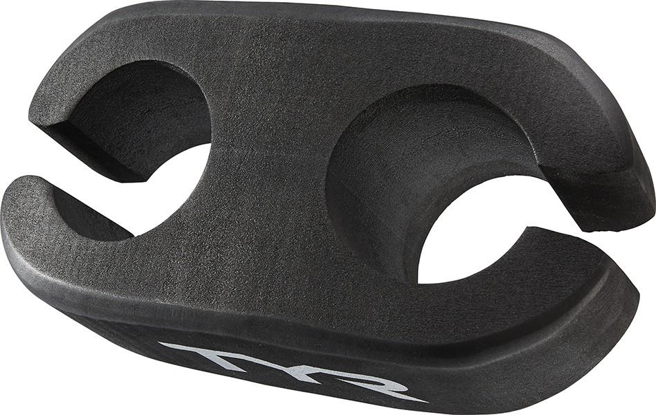 Колобашка для плавания маленькая Tyr Hydrofoil Ankle Float Small, цвет: черный. LHYDAFSLHYDAFSКолобашка TYR Hydrofoil Ankle Float Small, разработана специально для развития основных и силовых тренировок, чтобы подтянуть брюшной пресс и нижние мышцы спины. Благодаря новой конструкции с кольцевыми манжетами, колобашка надежно фиксируется в районе лодыжек, а так же можно менять уровни сопротивления. Когда плоской стороной вверх к коленям (TYR логотип вверх) то сопротивление больше. Когда контурной стороной вверх к коленям (TYR логотип вниз) то сопротивление ниже. Колобашка изготовлена из легких и высококачественных материалов, что гарантирует ее долгий срок службы и хорошую плавучесть на воде. Отличный вариант для тренировок в бассейне. Размер данной колобашки Маленький, разработана для пловцов, которые весят до 68 кг.