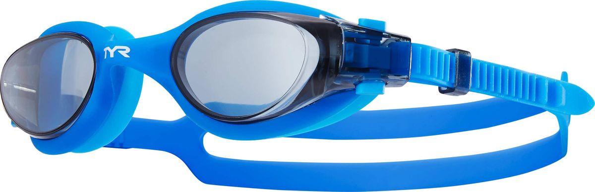 Очки для плавания Tyr Vesi, цвет: дымчатый, голубой. LGHYBLGHYBНовые очки Tyr Vesi подходят для тренировок и отдыха. Легкая и обтекаемая конструкция очков обеспечивает удобную посадку, которая включает в себя силиконовый уплотнитель. Объединенная конструкция переносицы идеально подходит под разные типы строения лица. Линзы обладают широким спектром периферического зрения, защищают от ультрафиолетовых лучей и обработаны антифогом. Двойной силиконовый ремешок с быстрой и удобной регулировкой.