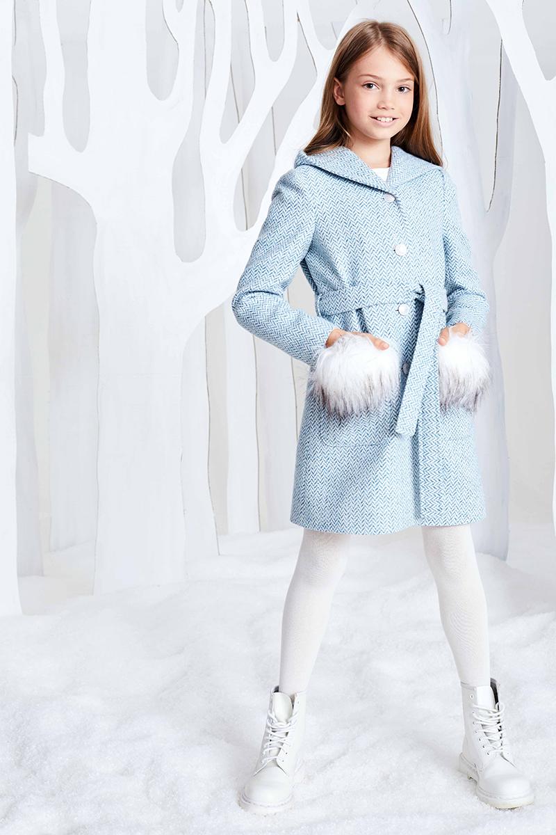 Пальто для девочки Смена, цвет: голубой. 17с256. Размер 110/11617с256Пальто из смесовой шерсти на подкладке, А-силуэта с воротником, переходящим в капюшон и длинными втачными рукавами. Дополнено поясом в шлевках на талии и накладными карманами со съемными клапанами из искусственного меха. Застёгивается на декоративные металлические пуговицы.