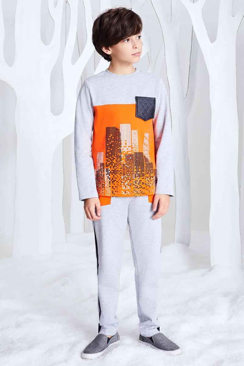 Джемпер для мальчика Смена, цвет: оранжевый. 17с260. Размер 110/11617с260Трикотажный джемпер из хлопка полуприлегающего силуэта с круглым вырезом, оформленным трикотажной резинкой и длинными рукавами. Нижняя часть полочки выполнена из яркого трикотажа с принтом. Джемпер дополнен декоративным нагрудным карманом из эко-кожи.