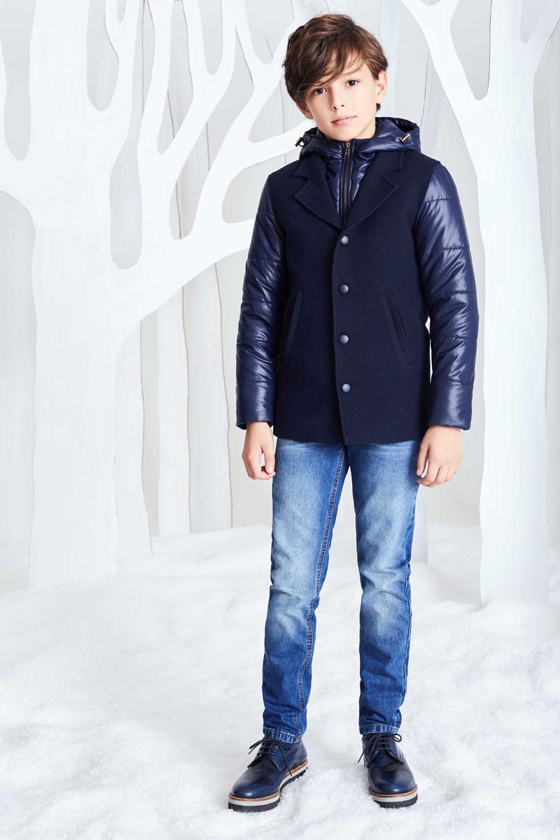 Куртка для мальчика Смена, цвет: синий. 17с264. Размер 140/14617с264Двуслойная куртка на подкладке из смесовой вискозы с капюшоном и длинными рукавами, дополненными трикотажными манжетами. Нижний слой куртки выполнен из плащевой ткани с наполнителем - синтепон и застегивается на молнию. Верхний слой куртки, имитирующий жилет с английским воротником, выполнен из драпа, дополнен прорезными карманами и застегивается на три пуговицы.