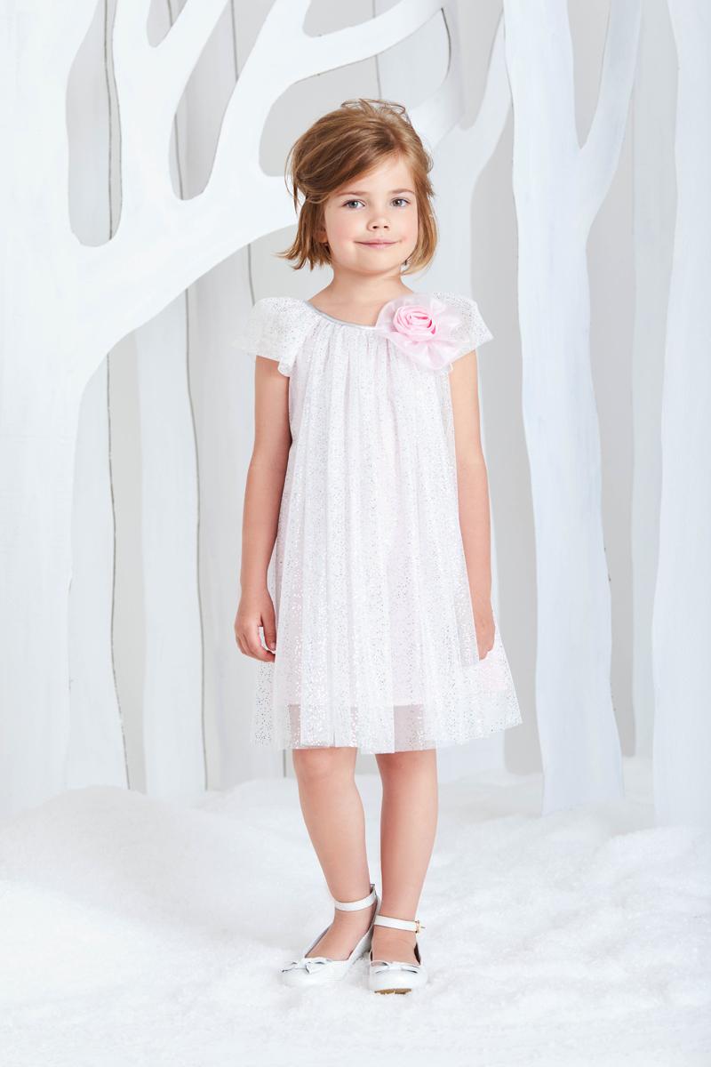 Платье для девочки Смена, цвет: белый, розовый. 17с524. Размер 92/9817с524Платье для торжественных случаев А-силуэта из сетки на подкладке из хлопка нежно-розового цвета, с круглым вырезом и короткими рукавами-крылышками. Вырез декорирован объёмной розой. Верхний слой платья и рукава-крылышки выполнены из мягкой сетки белого цвета с перламутровыми вкраплениями, присборенной по линии выреза. Спинка дополнена небольшим фигурным вырезом-каплей с застежкой на петлю и пуговицу.