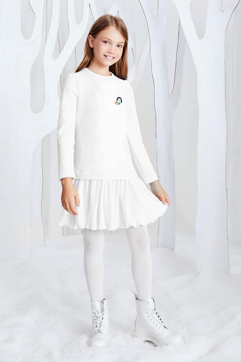 Платье для девочки Смена, цвет: молочный. 17с267. Размер 128/13417с267Трикотажное платье из смесовой вискозы А-силуэта с заниженной талией, круглым вырезом и длинными рукавами, отрезное по низу. Платье выполнено из молочного трикотажного жаккарда с орнаментом розы и дополнено трикотажем-гофре по низу. Декорировано съемной брошью пингвин на груди.