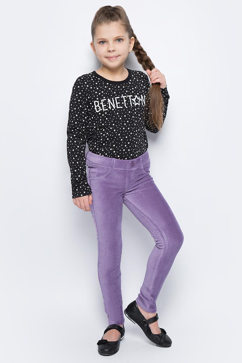 Брюки для девочки United Colors of Benetton, цвет: фиолетовый. 4DZB576L0_1V4. Размер 1504DZB576L0_1V4Стильные брюки для девочки идеально подойдут для отдыха и прогулок. Изготовленные из высококачественного материала, они необычайно мягкие и приятные на ощупь, не сковывают движения малышки и позволяют коже дышать, не раздражают даже самую нежную и чувствительную кожу ребенка, обеспечивая наибольший комфорт. Брюки прямого кроя на талии имеют широкую эластичную резинку, благодаря чему они не сдавливают животик ребенка и не сползают. Оригинальный современный дизайн и модная расцветка делают эти брюки модным и стильным предметом детского гардероба.