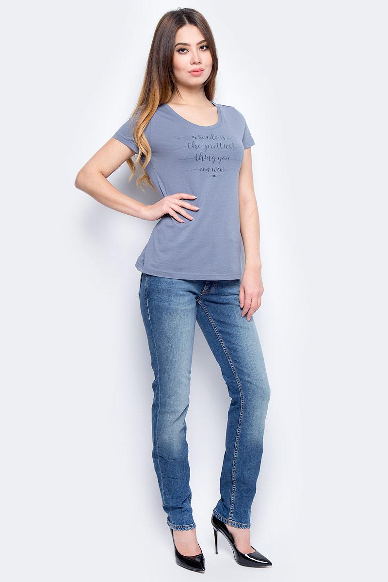 Джинсы женские Mustang Sissy Slim, цвет: синий. 0530-5765-076_076. Размер 32-32 (48-32)0530-5765-076_076Джинсы MUSTANG изготовлены из качественного материала на основе хлопка. Джинсы застегиваются на пуговицу в поясе и ширинку на застежке-молнии, дополнены шлевками для ремня. Спереди модель оформлена двумя втачными карманами и одним маленьким накладным, сзади - двумя накладными карманами. Изделие дополнено декоративными потертостями.