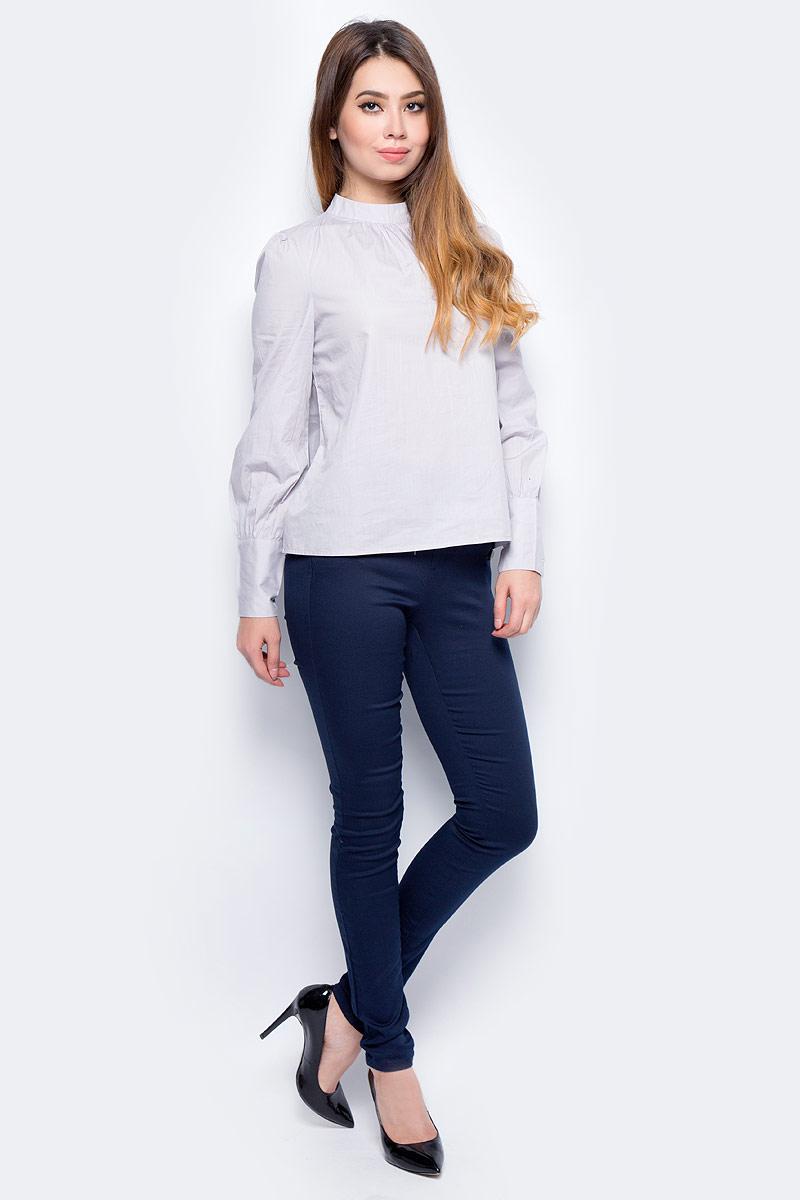 Блузка женская Vero Moda, цвет: серый. 10184800_Lunar Rock. Размер XS (40/42)10184800_Lunar RockСтильная женская блузка, выполненная из 100% полиэстера, идеально сочетает в себе стиль и комфорт. Модель свободного покроя с длинными рукавами и воротником-стойкой сзади застегивается на пуговицу. Манжеты рукавов дополнены застежками-пуговицами