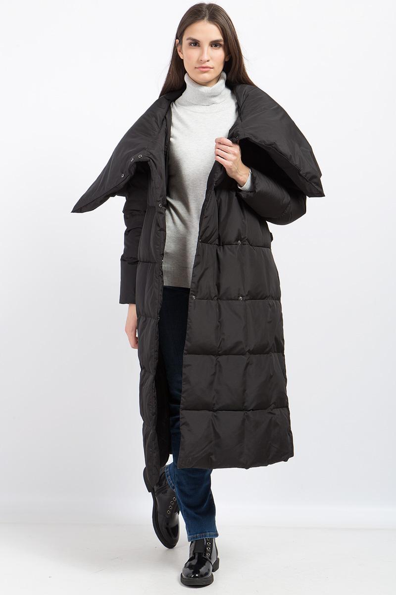 Пальто женское Finn Flare, цвет: черный. W17-12019_200. Размер XS/S (44)W17-12019_200Женское пуховое пальто Finn Flare станет идеальным спутником в холодные дни! Модель собъемным воротником, переходящим в теплый капюшон, надежно защитит от непогоды. Длина-макси позволит чувствовать себя максимально комфортно даже при самых низких температурах. Изделие застегивается на скрытые кнопки, а также дополнено поясом на талии. Пальто дополнено боковыми карманами на молниях.