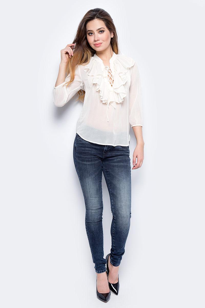 Блузка женская oodji Collection, цвет: желтый. 21400397/15036/1200N. Размер 38-170 (44-170)21400397/15036/1200NРомантическая блузка с воланами oodji Collection выполнена из воздушного шифона. Рукава длиной 3/4 по краю собраны на резинку. Глубокий V-образный вырез спереди на шнуровке – c ее помощью вы можете варьировать глубину декольте в зависимости от ситуации и выбранного вами лука. Эта блузка может быть сдержанной или, наоборот, весьма откровенной. Блузка из струящейся ткани идеальна для создания нежного и романтического образа. Для достижения большего эффекта рекомендуется носить ее с юбкой-карандашом. Более строгий образ получится при сочетании блузки с классическими или узкими брюками, особенно если дополнить комплект жилетом. С помощью блузки вы можете создать деловой лук или пойти в ней на свидание. В вашем гардеробе обязательно найдется несколько предметов, прекрасно гармонирующих с этой моделью. Практичная и универсальная вещь!