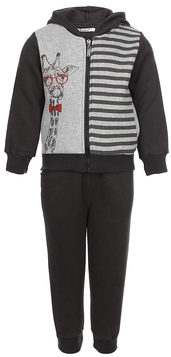 Спортивный костюм для мальчика Vitacci, цвет: серый. 1171021-22. Размер 1161171021-22Спортивный костюм Vitacci для мальчика изготовлен из хлопка с добавлением эластана. Модель состоит из кофты и брюк, она идеально подойдет для занятий спортом и станет отличным дополнением к детскому гардеробу. Кофта с капюшоном и длинными рукавами застегивается спереди на застежку-молнию. Манжеты и низ изделия стянуты широкой эластичной резинкой. Спереди расположено два врезных кармана. Кофта оформлена спереди принтом. Спортивные брюки на поясе имеют широкую эластичную резинку и дополнены двумя врезными карманами.