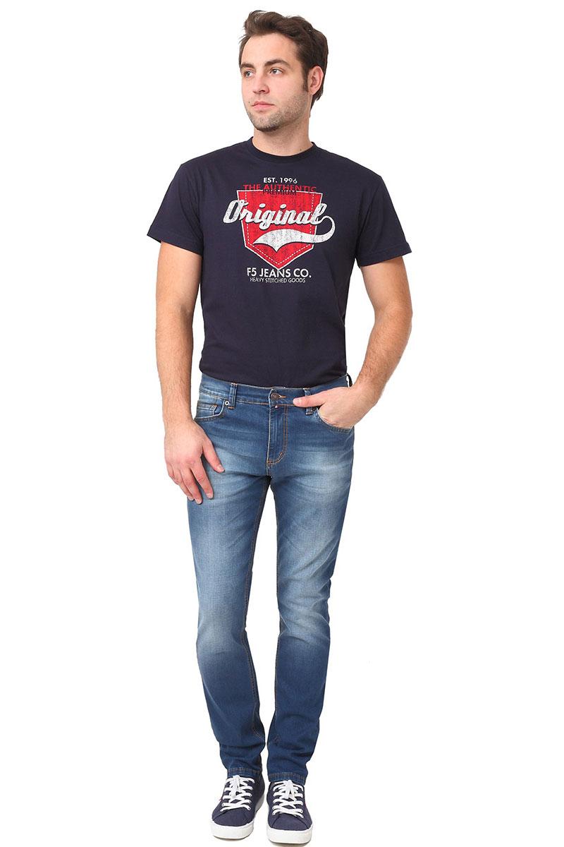 Джинсы мужские F5, цвет: синий. 275021_w.medium. Размер 36-32 (50/52-32)275021_w.mediumСтильные мужские джинсы F5 выполнены из хлопка с добавлением эластана. Джинсы застегиваются на металлическую пуговицу в поясе и ширинку на застежке-молнии, имеются шлевки для ремня. Изделие дополнено спереди двумя втачными карманами и одним маленьким накладным кармашком, а сзади - двумя накладными карманами. Оформлена модель контрастной прострочкой и сзади на поясе фирменной нашивкой.