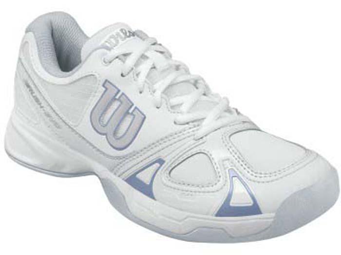 Кроссовки для тенниса женские Wilson Rush Evo Carpet W, цвет: белый. WRS323020. Размер 4,5 (36,5)WRS323020Женские кроссовки для тенниса от Wilson - это идеальный вариант для тех, кто ценит в обуви комфорт, поддержку и долговечность. Модель создана специально для любителей, которые хотят достичь заметных результатов в теннисе. Верх модели выполнен из искусственной кожи со вставками из дышащего текстиля и оформлен названием и логотипом бренда. Классическая шнуровка гарантирует удобство и надежно фиксирует модель на ноге. Технология 2D-F.S: полиуретановый штамп в носовой части обеспечивает повышенную устойчивость. Технология Dynamic Fit - DF2: высота средней части подошвы - 9 мм. Технология R-DST: вставка из химически активных веществ в пяточной части обеспечивает максимальную амортизацию. Съемная стелька EVA с внешней текстильной поверхностью обеспечивает комфорт. Резиновая рельефная подошва обеспечивает отличное сцепление с поверхностью. В таких кроссовках вашим ногам будет комфортно и уютно.