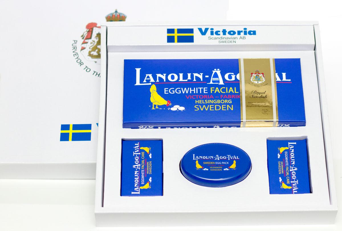 Victoria Soap VIP набор Яичное мыло-маска8700801. Мыло-маска Lanolin-Agg-Tval из яичного белка, созданное по старинному шведскому рецепту, передающееся из поколения в поколение. Уникальное средство превосходно очищает поры от загрязнений, сохраняя ее естественную увлажненность, за счет высокого содержания в нем компонентов натурального происхождения, таких как: ланолин, растительных масел Оливы и масло Ши. А входящий в состав мыло-маски Lanolin-Agg-Tval яичный белок и розовая вода ухаживают за вашей кожей, делая цвет лица более ровным и красивым. Подходит для ежедневного использования, а также в качестве маски для более глубокого очищения 1-2 раза в неделю для всех типов кожи. 2. Мыльница LANOLIN-AGG-TVAL. Размер: 84 х 54 х 31,5 мм 3. Деревянный корф цвета ореха.