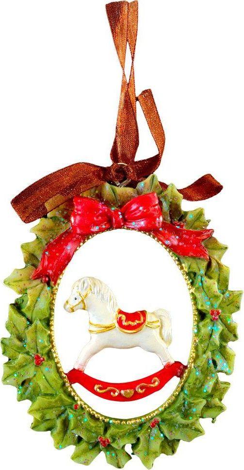 Украшение для интерьера новогоднее Erich Krause Лошадка на Рождество, 8 см44224Лошадка-качкалка находится внутри изысканного рождественского венка. Изделие выполнено из полирезины и оснащено красивой ленточкой для подвешивания. В групповой упаковке каждое изделие завернуто в воздушно-пузырьковую пленку, предназначенную только для безопасной транспортировки и хранения.