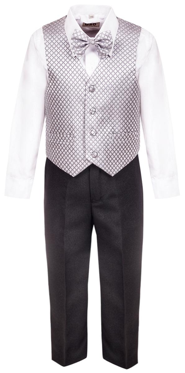 Костюм для мальчика M&D, цвет: серый. HWI17013120. Размер 104HWI17013120Костюм для мальчика M&D изготовлен из высококачественного материала. Костюм включает в себя рубашку, брюки, жилет и галстук-бабочку.Рубашка с отложным воротником и длинными рукавами застегивается на пуговицы. Манжеты рукавов оснащены застежками-пуговицами.Брюки классического кроя и стандартной посадки застегиваются на пуговицу в поясе и ширинку на застежке-молнии. На поясе имеются шлевки для ремня. Пояс по бокам присборен на резинки. Брюки дополнены втачными карманами. Жилет с V-образным вырезом горловины застегивается на пуговицы. Спереди расположены два прорезных кармана. Галстук-бабочка оснащен эластичной резинкой.