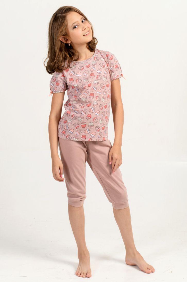 Пижама для девочки Melado Кексики, цвет: какао. MK2656/01. Размер 116MK2656/01Нежная и изящная пижама для девочки от Melado, состоящая из футболки и бридж, изготовлена из натурального хлопка. Футболка с короткими рукавами и круглым вырезом горловины, рукава украшены кокетливыми бантиками. Бриджи на эластичной резинке с кармашками и манжетами.