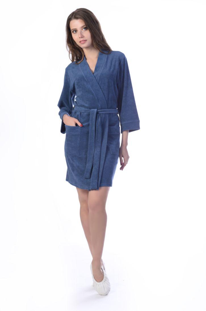Халат женский Melado Шанти, цвет: индиго. MM2586/01. Размер 46MM2586/01Стильный халат от Melado выполнен из мягкой и уютной махры, изнутри отделанной тканью с красивым узором. Модель с капюшоном и длинными рукавами на талии дополнена поясом, по бокам имеет накладные карманы. Длина выше колена. Очень удобный и приятный к телу.