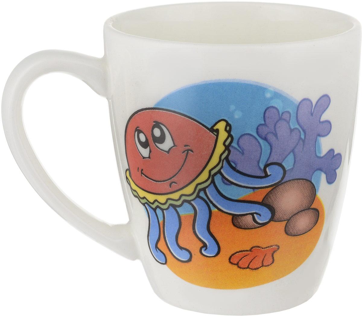 """Фаянсовая детская кружка Кубаньфарфор """"Морской мир: Медуза"""" с забавным рисунком понравится каждому  малышу. Изделие из  качественного материала станет правильным выбором для повседневной эксплуатации и поможет превратить каждый  прием пищи в радостное  приключение.Кружка легко моется, не впитывает запахи, а рисунок имеет насыщенный цвет. Благодаря  безопасному материалу, кружка  подойдет для любых напитков. Объем кружки - 220 мл. Кружа дополнена удобной ручкой, а ее небольшие размеры и  вес позволят малышу без труда держать кружку самостоятельно.  Оригинальная детская кружка непременно порадует ребенка и станет отличным подарком для маленького  мореплавателя. Кружку можно использовать в СВЧ-печах и мыть в посудомоечных машинах."""