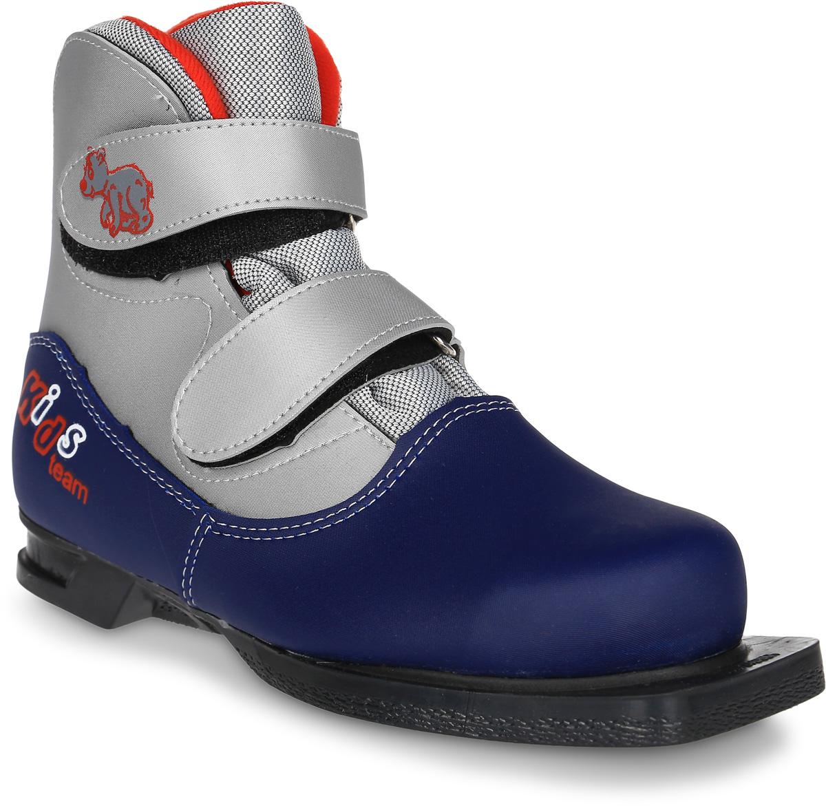 Ботинки лыжные детские Marax, цвет: синий, серебристый. NN75. Размер 35NN75 KidsЛыжные детские ботинки Marax предназначены для активного отдыха. Модель изготовлена из морозостойкой искусственной кожи и текстиля. Подкладка выполнена из искусственного меха и флиса, благодаря чему ваши ноги всегда будут в тепле. Шерстяная стелька комфортна при беге. Вставка на заднике обеспечивает дополнительную жесткость, позволяя дольше сохранять первоначальную форму ботинка и предотвращать натирание стопы. Ботинки снабжены удобными застежками-липучками, которые надежно фиксируют модель на ноге и регулируют объем, а также язычком-клапаном, который защищает от попадания снега и влаги. Подошва системы 75 мм из двухкомпонентной резины, является надежной и весьма простой системой крепежа и позволяет безбоязненно использовать ботинок до -30°С. В таких лыжных ботинках вам будет комфортно и уютно.Как выбрать лыжи ребёнку. Статья OZON Гид