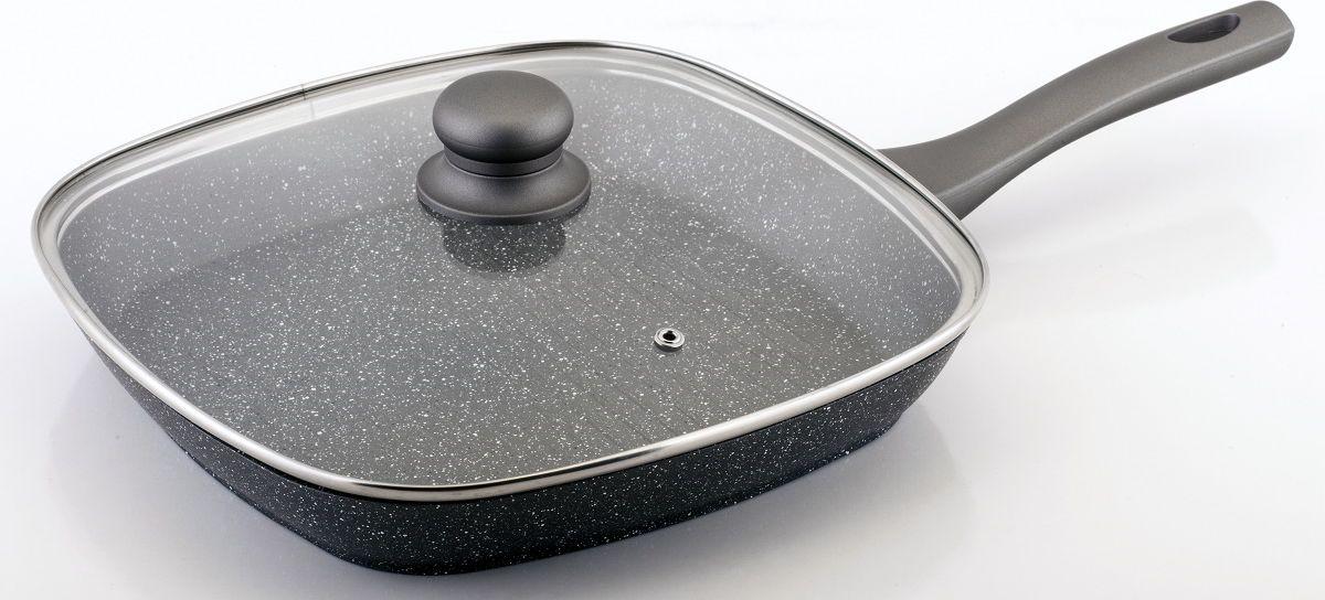 Сковорода-гриль Cs-Kochsysteme Emden, с мраморным покрытием, с крышкой, цвет: серый, 28 х 28 см060688Сковорода-гриль Cs-Kochsysteme Emden изготовлена из кованого алюминия с прочным керамическим покрытием Anthihaft. Керамическое покрытие защищает сковороду от царапин и истираний, тем самым продлевает срок службы сковороды. В состав покрытия не входят ПФОК и ПТФЭ и оно не навредит вашему здоровью. Сковорода нагревается равномерно, не создавая перегретых участков и холодных краев. Идеально подходит для приготовления пищи без масла.Удобная ручка защитит ваши руки от ожогов.В комплекте стеклянная крышка. Подходит для всех типов варочных поверхностей (включая индукционные).Можно мыть в посудомоечной машине.