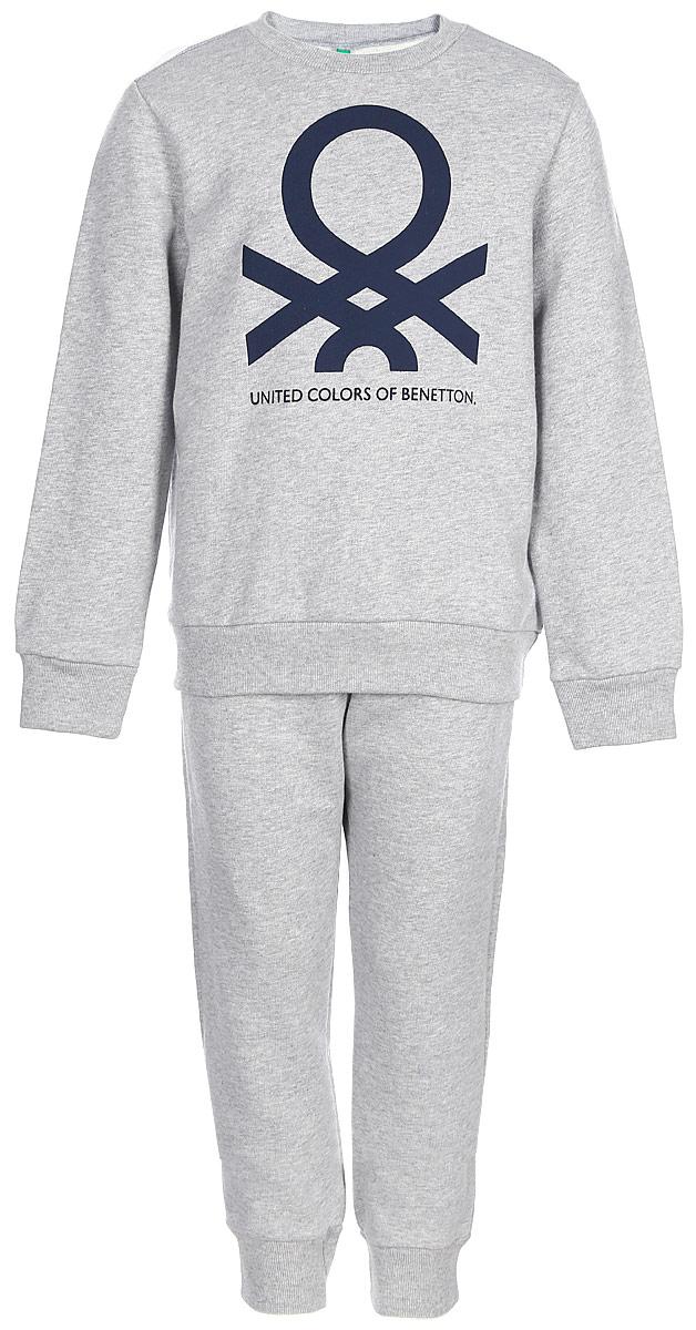 Пижама для мальчика United Colors of Benetton, цвет: серый, темно-синий. 3J67Z11KX_901. Размер 1403J67Z11KX_901Модная пижама для мальчика, выполненная из натурального хлопка, состоит из кофты и брюк.Кофта с длинными рукавами и круглым вырезом горловины спереди оформлена оригинальным принтом. Брюки на талии имеют широкую эластичную резинку.