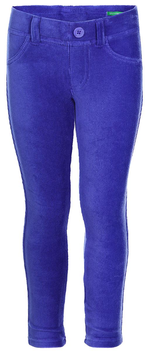 Брюки для девочки United Colors of Benetton, цвет: синий. 4DZB576L0_1F3. Размер 1004DZB576L0_1F3Стильные брюки для девочки идеально подойдут для отдыха и прогулок. Изготовленные из высококачественного материала, они необычайно мягкие и приятные на ощупь, не сковывают движения малышки и позволяют коже дышать, не раздражают даже самую нежную и чувствительную кожу ребенка, обеспечивая наибольший комфорт. Брюки прямого кроя на талии имеют широкую эластичную резинку, благодаря чему они не сдавливают животик ребенка и не сползают. Оригинальный современный дизайн и модная расцветка делают эти брюки модным и стильным предметом детского гардероба.
