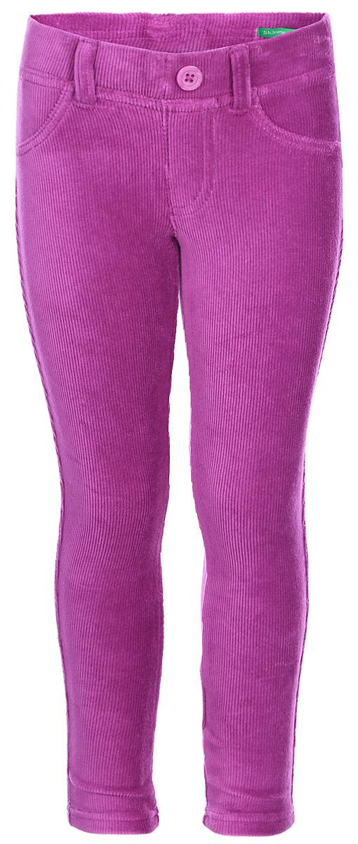 Брюки для девочки United Colors of Benetton, цвет: фиолетовый. 4DZB576L0_05V. Размер 1104DZB576L0_05VСтильные брюки для девочки идеально подойдут для отдыха и прогулок. Изготовленные из высококачественного материала, они необычайно мягкие и приятные на ощупь, не сковывают движения малышки и позволяют коже дышать, не раздражают даже самую нежную и чувствительную кожу ребенка, обеспечивая наибольший комфорт. Брюки прямого кроя на талии имеют широкую эластичную резинку, благодаря чему они не сдавливают животик ребенка и не сползают. Оригинальный современный дизайн и модная расцветка делают эти брюки модным и стильным предметом детского гардероба.