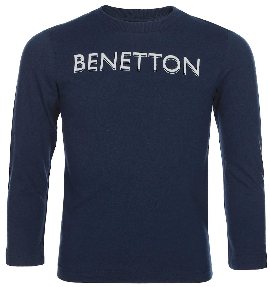 Свитшот для мальчика United Colors of Benetton, цвет: темно-синий. 3YR3C13H5_13C. Размер 1203YR3C13H5_13CСтильный свитшот для мальчика, выполненный из натурального хлопка, отлично дополнит гардероб вашего модника. Модель с длинными рукавами и круглым вырезом горловины спереди оформлена надписью Benetton. Горловина дополнена трикотажной резинкой.